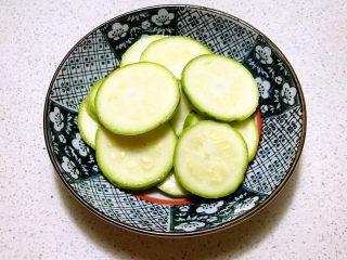 香煎西葫芦鸡蛋饼,调匀腌制5分钟