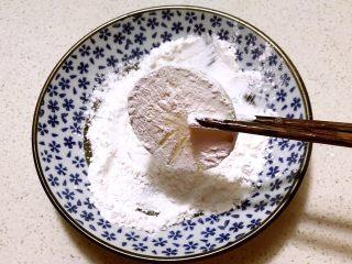 香煎西葫芦鸡蛋饼,取一片西葫芦在淀粉中蘸匀