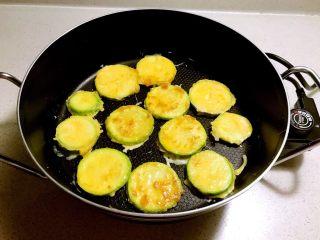 香煎西葫芦鸡蛋饼,放入锅中煎至两面金黄即可