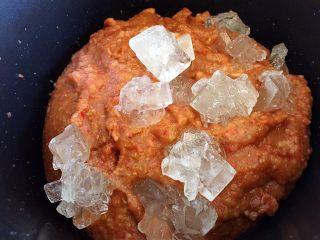 山楂糕,山楂泥和冰糖一起放入锅中小火加热。