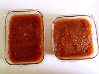 山楂糕,装入保鲜盒中,上面用刮刀抹平,放冰箱冷藏3-5个小时。
