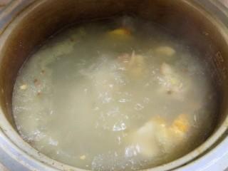 胡萝卜玉米排骨汤,加入干花椒,拍破的老姜,炖一个小时,前半个小时需中大火,这样子汤才会浓白,后面半个小时可以转小火。