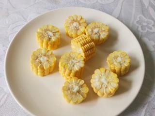 胡萝卜玉米排骨汤,洗净切小段