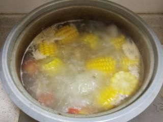 胡萝卜玉米排骨汤,汤再次烧开后,转中小火煮15分钟