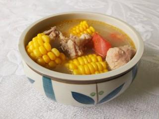 胡萝卜玉米排骨汤,汤碗加盐和味精,舀入排骨汤