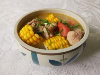 胡萝卜玉米排骨汤,洒香葱