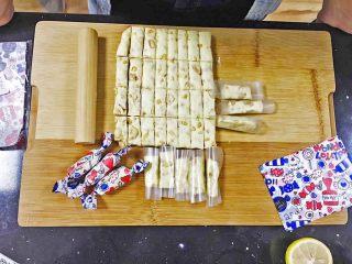 适合新手的原味花生牛轧糖,冷却之后再切会比较不沾,包上糖纸就是美美的牛轧糖了