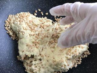 适合新手的原味花生牛轧糖,可以带手套用手揉揉,可能会有一点烫