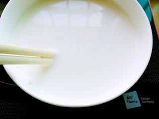 正宗双皮奶&蛋黄奶布丁,将奶皮轻轻用刀调起一角,在装蛋清的碗中放一双筷子,将牛奶沿着筷子倒出,切记有奶皮的那个碗里要就50ml牛奶,不然奶皮就贴在碗底了。