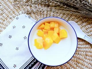 正宗双皮奶&蛋黄奶布丁,将蒸锅中水烧开,将蛋奶液放入炖8分钟。