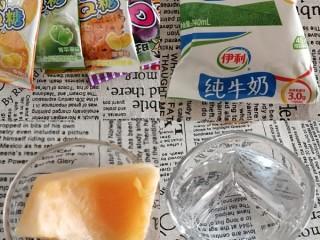 Q糖牛奶布丁,准备Q糖,牛奶,蜜瓜,一杯凉开水。