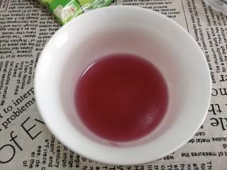 Q糖牛奶布丁,随着温度的升高q糖会融化。融化后放置一边冷却。