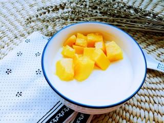 正宗双皮奶&蛋黄奶布丁,在面上放上芒果丁,芒果双皮奶就做好了。