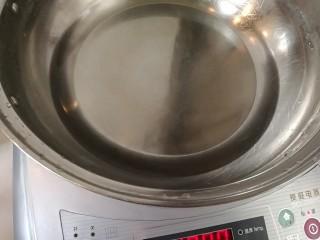 Q糖牛奶布丁,锅内加水烧热。