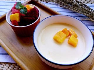 正宗双皮奶&蛋黄奶布丁,将锅中水烧开,放入蛋黄牛奶液,炖8分钟,即成。
