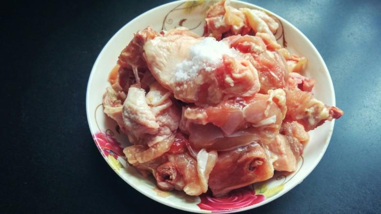 土豆烧鸡块,放适量的盐,<a style='color:red;display:inline-block;' href='/shicai/ 718'>料酒</a>腌制两小时。