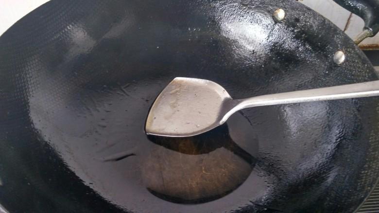 土豆烧鸡块,锅里放油烧热。