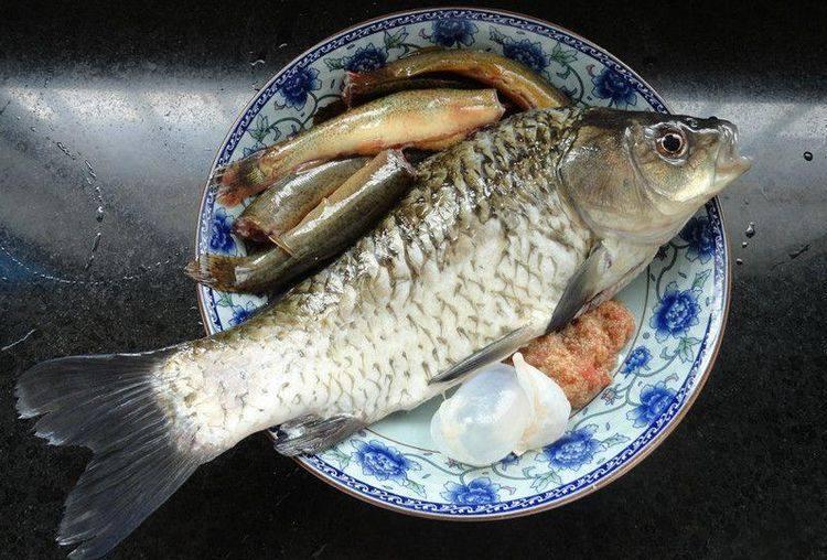烧鱼汤注意这2点,鱼不破皮、汤汁奶白浓郁,首先将所有食材准备后,我们先来处理鲫鱼,和泥鳅,去鳞、取出内脏后洗净装盘备用。