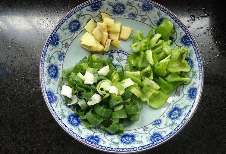 烧鱼汤注意这2点,鱼不破皮、汤汁奶白浓郁,将洗净的生姜、葱、青椒切小块装盘备用。