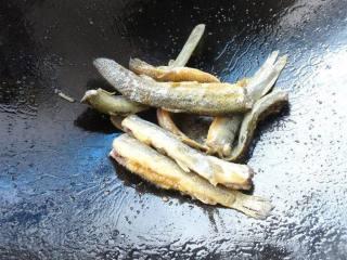 烧鱼汤注意这2点,鱼不破皮、汤汁奶白浓郁,接着将泥鳅下锅煎,煎至两面微微发黄即可。