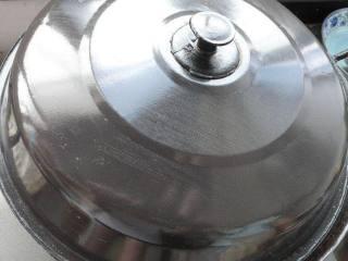 烧鱼汤注意这2点,鱼不破皮、汤汁奶白浓郁,盖上盖子大火焖煮个20分钟。