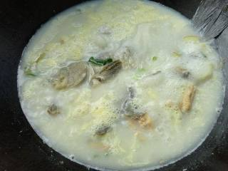 烧鱼汤注意这2点,鱼不破皮、汤汁奶白浓郁,鱼汤在锅中沸腾,这个时候打入一枚鸡蛋液。
