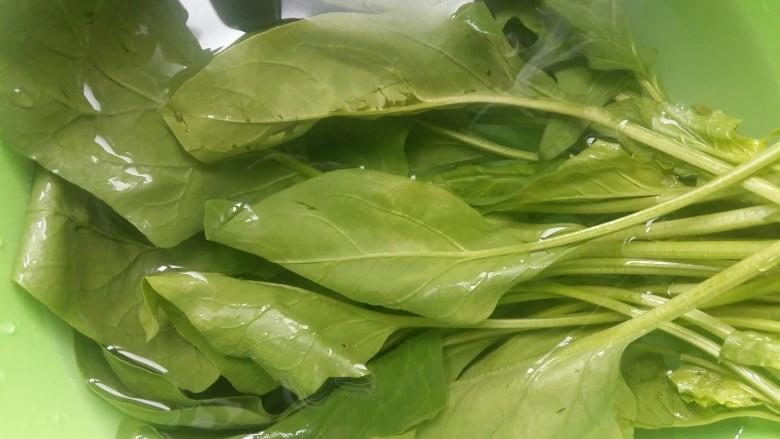 #绿色美食#草莓酱夹心软饼,菠菜洗净备用。