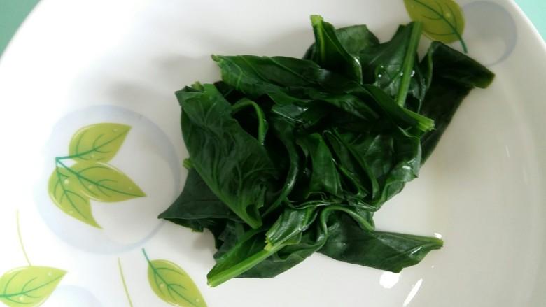 #绿色美食#草莓酱夹心软饼,焯好的菠菜叶子捞出来控水。