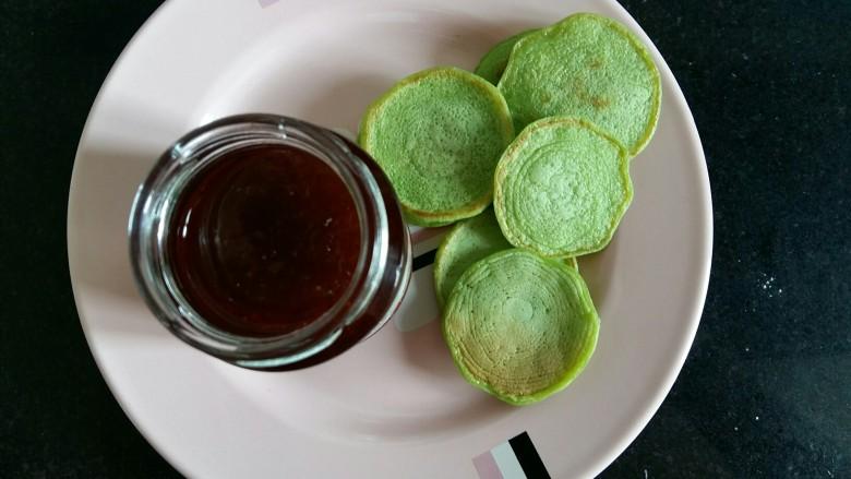 #绿色美食#草莓酱夹心软饼,准备一瓶草莓果酱。