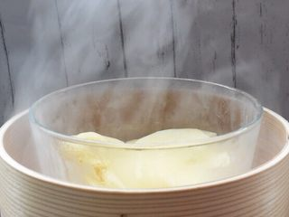 鲜虾可乐饼,放入蒸锅蒸熟
