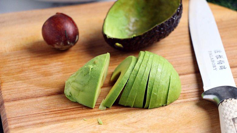 绿色美食+烟熏三文鱼牛油果沙拉,将牛油果切片,浇上柠檬汁以防氧化变色。
