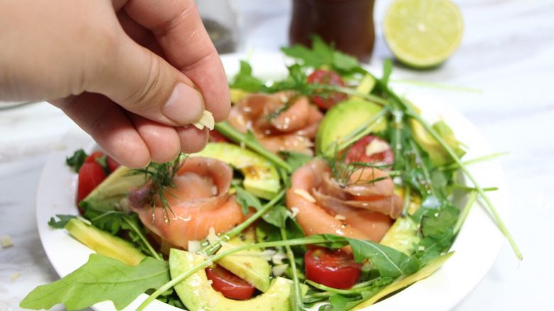 绿色美食+烟熏三文鱼牛油果沙拉,撒上杏仁碎。