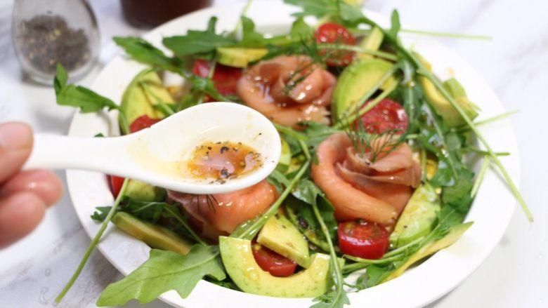 绿色美食+烟熏三文鱼牛油果沙拉,根据自己喜好,黑胡椒加日式油醋汁和些许柠檬汁调匀,淋在沙拉上。