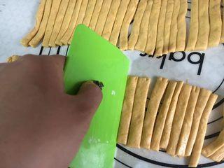 麦当劳薯条造型馒头,纵向切开,切成均匀的条状。硅胶垫上切的话,用刮板,不要用刀,不要用刀,不要用刀,垫子切破了不要怪我。