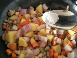 鸡肉咖喱饭,然后再加入生抽和适量的盐继续翻炒。
