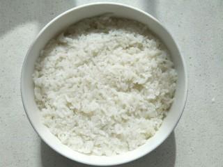 鸡肉咖喱饭,准备一碗米饭用勺子压平。