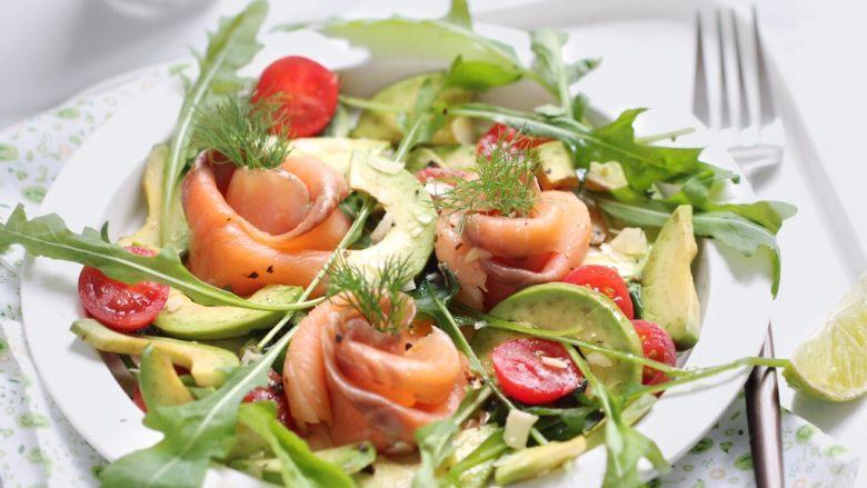 绿色美食+烟熏三文鱼牛油果沙拉,美味的烟薰三文鱼牛油果沙拉就做好了!
