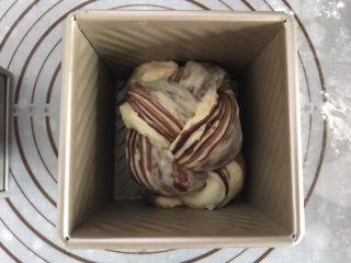 大理石纹吐司,放进吐司盒。同样的方法做好剩余面团