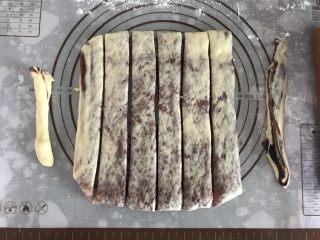 大理石纹吐司,切除两边不均匀的多余面团,将面团平均分成6份