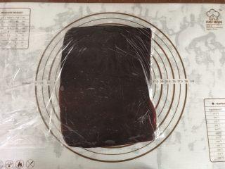 大理石纹吐司,将豆沙馅放进保鲜袋用擀面杖擀成20×10左右大小,放进冰箱冷藏备用。