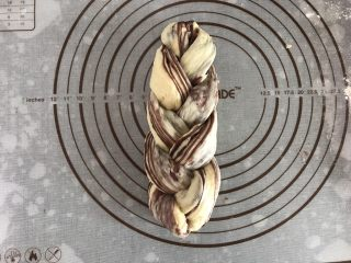 大理石纹吐司,捏紧收口处,上下两端往里对折