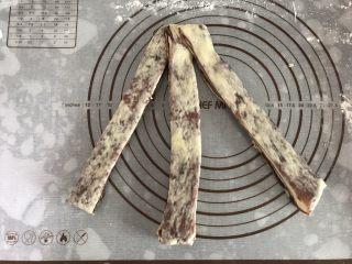 大理石纹吐司,每三个一组,捏紧上端,像编麻花辫一样编起来,切口尽量向外翻会比较漂亮