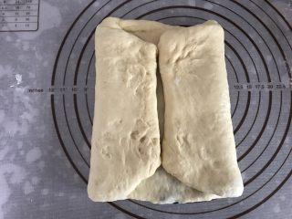 大理石纹吐司,用擀面杖上下将面团擀开,左右两边分别向中间对折
