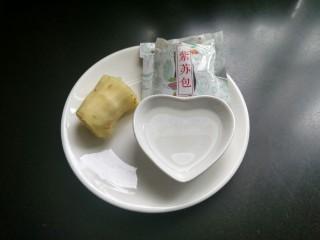 清蒸大闸蟹,准备好生姜,白酒,紫苏(没有紫苏叶可以用生姜替代),将生姜切四片,其余的切丝。
