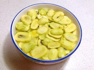 猕猴桃果干,12小时到了,猕猴桃片腌制好了