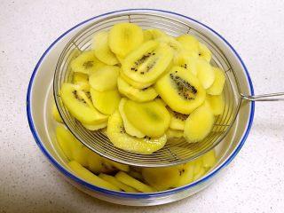 猕猴桃果干,把猕猴桃片捞出来,沥干水分,晾至温热即可