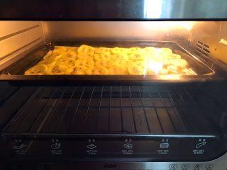 猕猴桃果干,把烤盘放入预热好的烤箱里,120W烤30分钟
