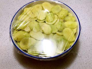 猕猴桃果干,盖上保鲜膜,放入冰箱,静止入味12小时