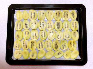 猕猴桃果干,把猕猴桃片摆在烤盘上