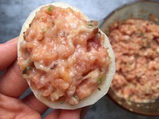 早餐-藕盒抱蛋,在一片藕表面均匀填上一层肉馅。